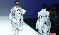 模特展示第24届中国时装设计新人奖参赛设计师作品