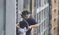 """儿子悬在7楼窗外 爸爸化身""""蜘蛛侠""""徒手营救"""