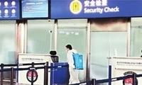 武汉天河机场安检通道半小时消杀一次 旅客:很放心
