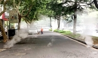 淮安慢车道上十余窨井齐冒蒸汽 最高达七八米