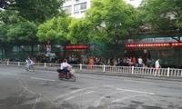 杭州这个周末上演万人抢房:有人晕倒有人打架