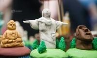 """英国最大蛋糕烘焙展举行 地标蛋糕""""丑萌""""亮相"""