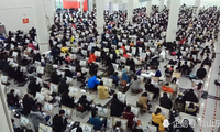 山东6000余人巨无霸艺考考场同场角逐 考生画板当饭桌