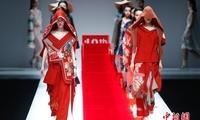 中央民族大学美术学院毕业生时装作品亮相北京
