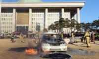 韩国男子在国会大楼前自焚,议员助理竟称:烧烤